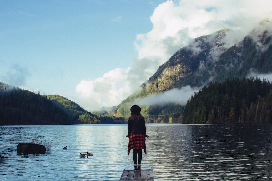 Девушка рядом с озером