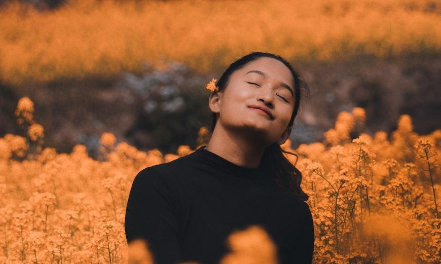 Дівчина в оранжовому полі