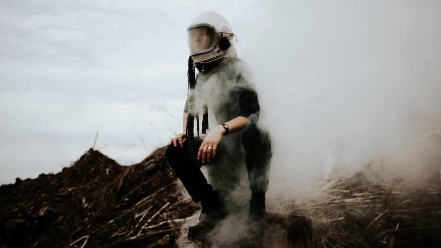 Девушка в космической маске