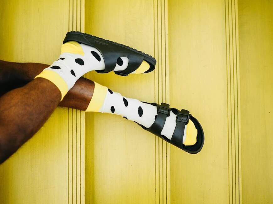 Желтые носки и шлепки